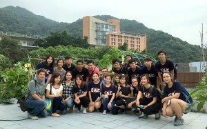Group photo at the rooftop farm in The University of Hong Kong. 在香港大學的天台有機種植園留影。