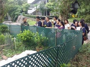 A student from New Asia College of CUHK gave an introduction about their organic farm. 香港中文大學新亞書院學生向師生們介紹他們的有機種植園。