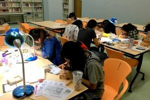 Students focusing on seal carving. 同學們小心專注地雕刻印章。
