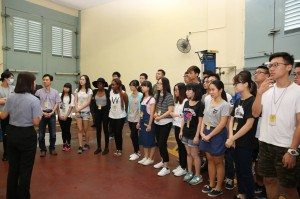 Officers of the Correctional Services Bureau introducing the facilities of the prison to students. 懲教工作人員向同學們介紹監獄的設施。