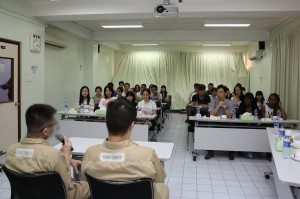 Inmates sharing their experiences about their life in prison with students. 在囚人士與同學們分享他們在監獄裡的生活狀況。