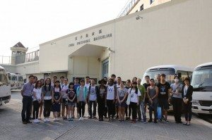 A group photo at the gate of Coloane Prison. 參與的院生們在路環監獄門外拍大合照留念