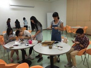 Participants were highly concentrated when making their own flipbooks.  參與者在工作坊中都認真專注製作手翻書。