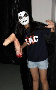 A student trying to scare participants in the haunted house. 同學負責嚇唬進入鬼屋體驗的參加者。