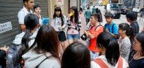 A Cantonese-speaking Indian student volunteer served as the docent of the community tour in Wan Chai. 通曉廣東話的印度學生義工擔任灣仔社區導賞的講解員。