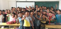 Group photo of students of SHEAC with students of Jinggu No.1 Primary School after class. 何鴻燊東亞書院學生與景谷一小學生