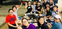 Freshmen and student leaders having fun together at the barbecue event. 新生和學生領袖在黑沙燒烤活動中一起玩樂。