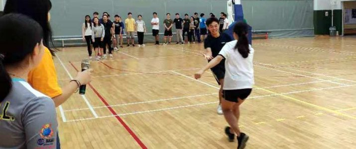 Students enjoying themselves in the games. 同學們在遊戲中不亦樂乎。